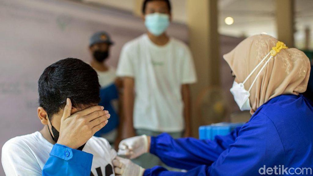 Ratusan Siswa SMK di Bekasi Ramai-ramai Ikut Vaksinasi COVID-19