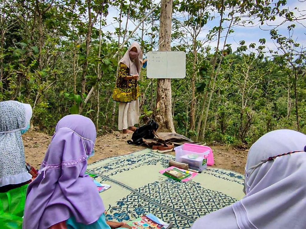 Kisah Inspiratif Tiara, Honorer yang Bikin Les Gratis di Pelosok Desa