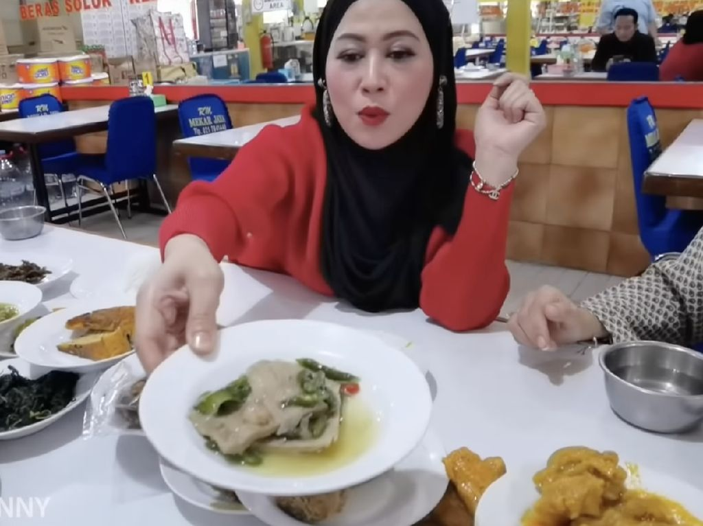 5 Selebriti Ini Kepincut Lezatnya Masakan Warung Padang, Ini Rekomendasinya!