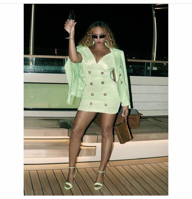 Beyoncé mengenakan Balmain/