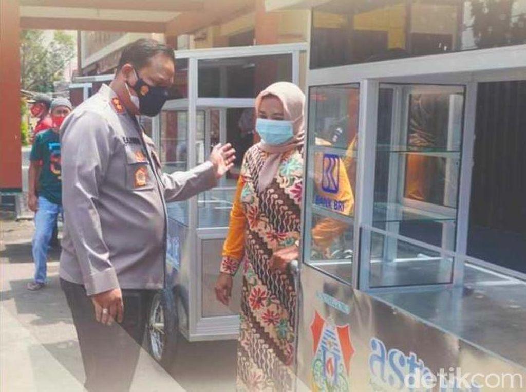 Ucap Syukur Penjual Bakso di Bojonegoro Dapat Gerobak dan Uang Tunai