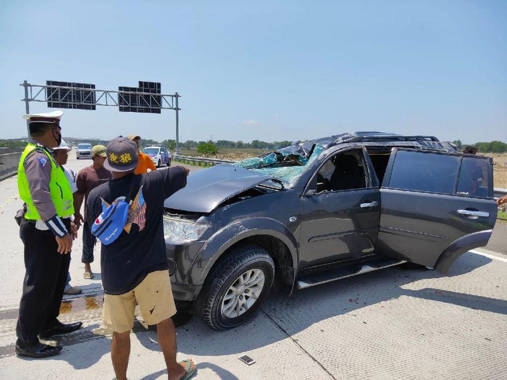 SUV Pecah Ban Lalu Tabrak Pembatas Jalan Tol Nganjuk hingga Ringsek
