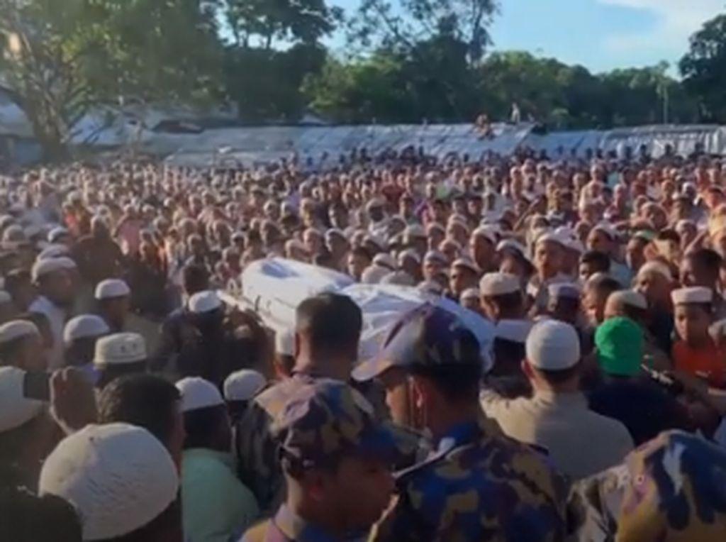 Lautan Manusia Antar Jenazah Pimpinan Muslim Rohingya ke Pemakaman