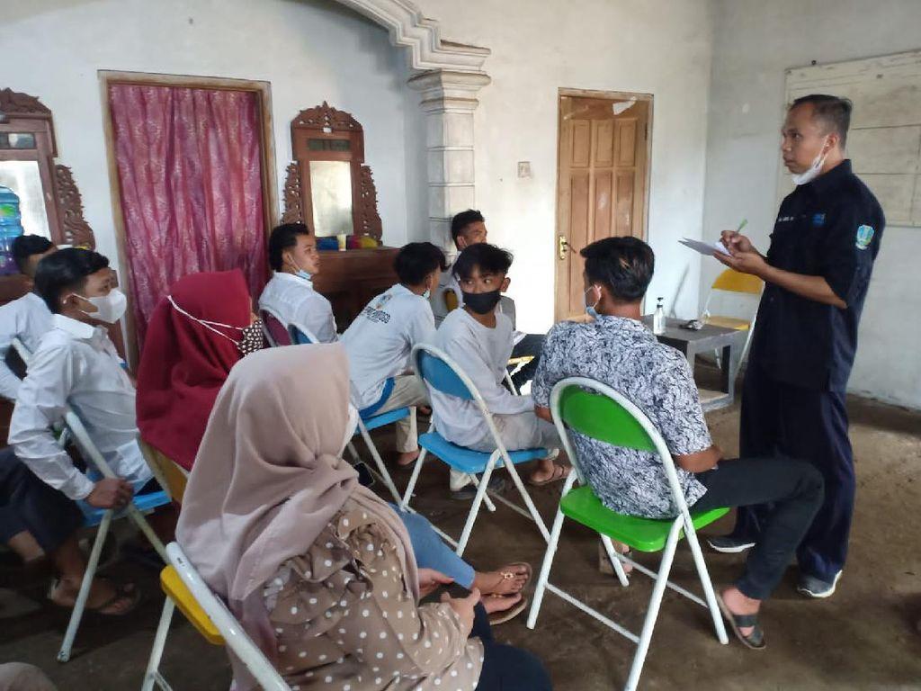 Pertama di Ponorogo, Puluhan Siswa Bayar SPP Sekolah Pakai Kotoran Sapi
