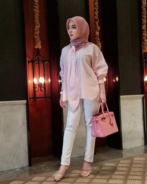 Syahrini dengan Blouse Warna Pink