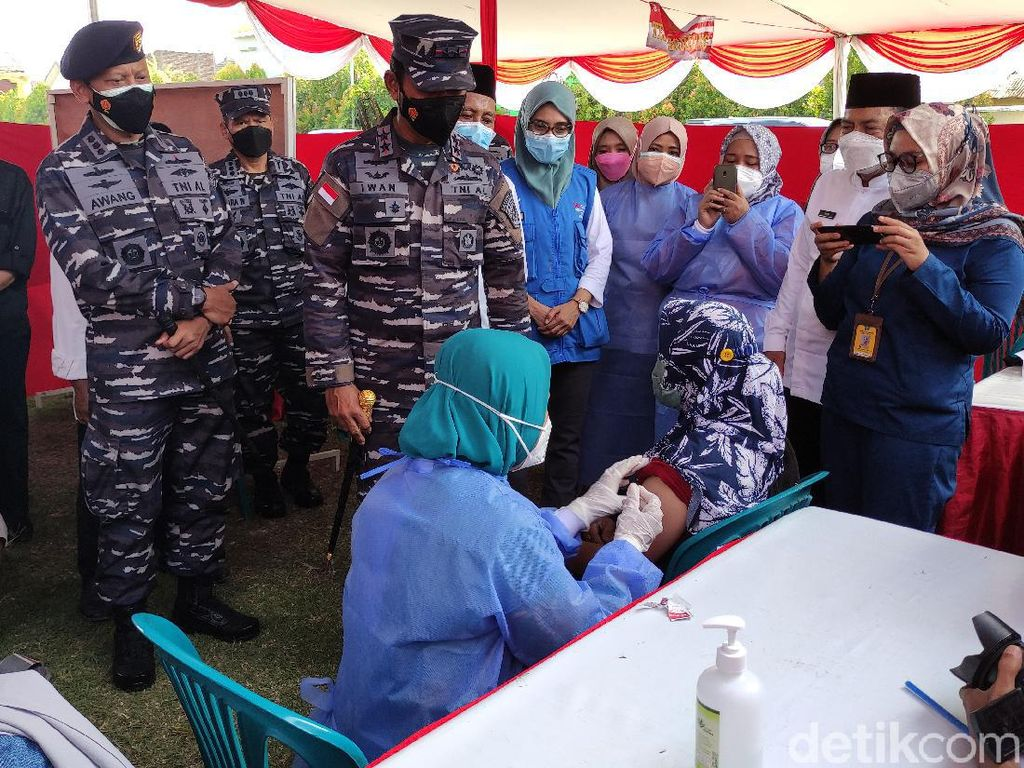 Koarmada II Vaksinasi 101.990 Warga di Surabaya Raya-Bangkalan dalam 2 Hari