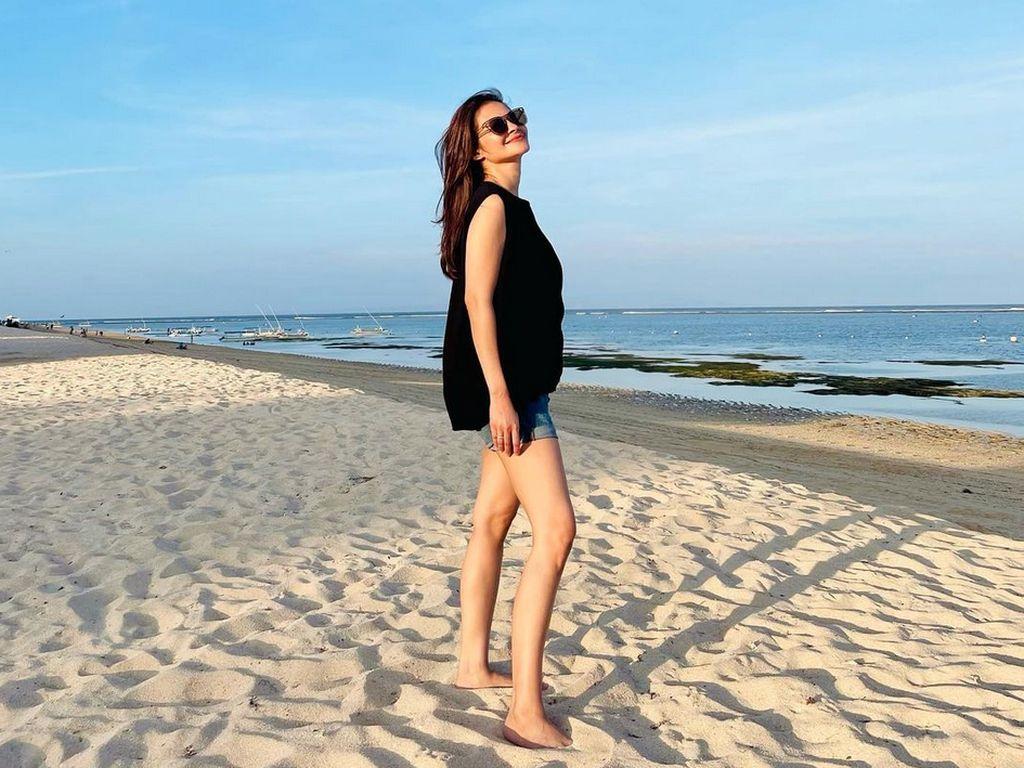 Happy! Intip Gaya Liburan Cut Tari di Pantai
