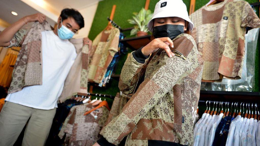 Mengintip Pembuatan Batik Kasual di Bali