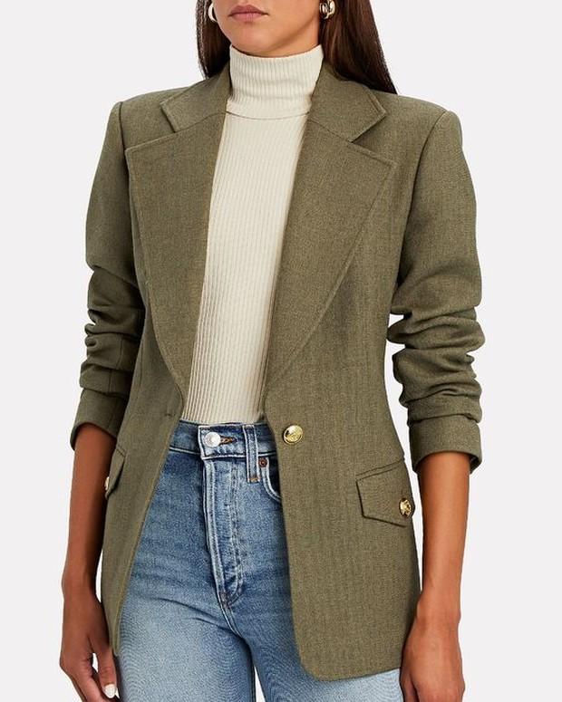 Bisa pakai classic blazer untuk upgrade outfit lama.