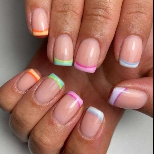 Trend nail design pertama ada colorful French tips.