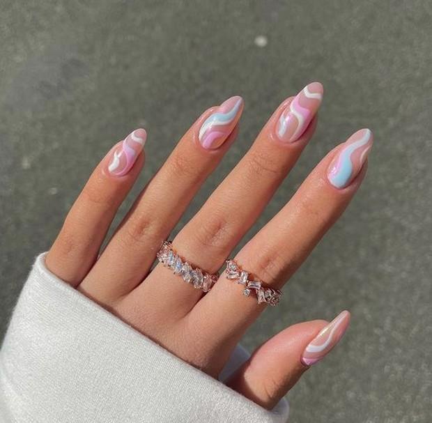 Trend nail design kedua ada wavy nails.
