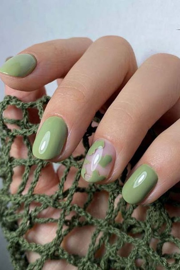Trend nail design ketiga ada sage green.
