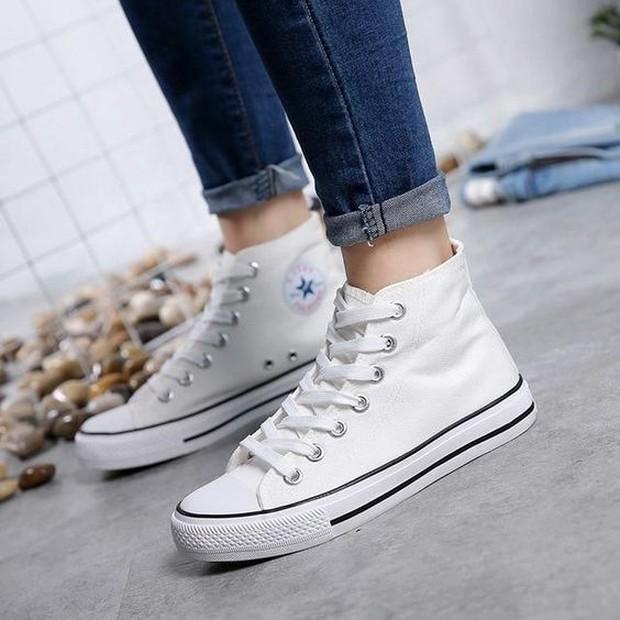 Cara membersihkan sepatu canvas warna putih.