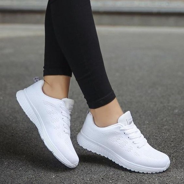 Cara membersihkan sol sneakers warna putih.