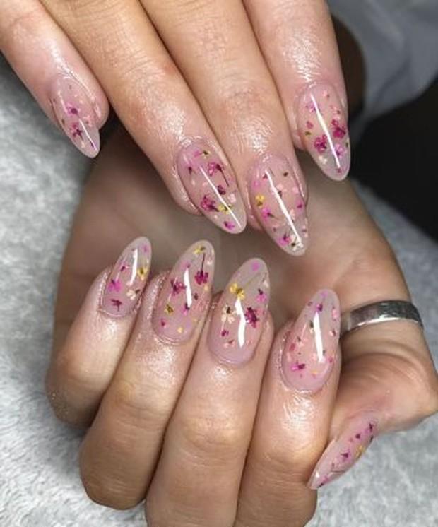 Trend nail design keempat ada floral nails.