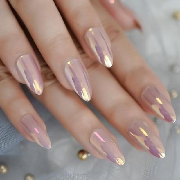 Trend nail design terakhir ada chorme nails.