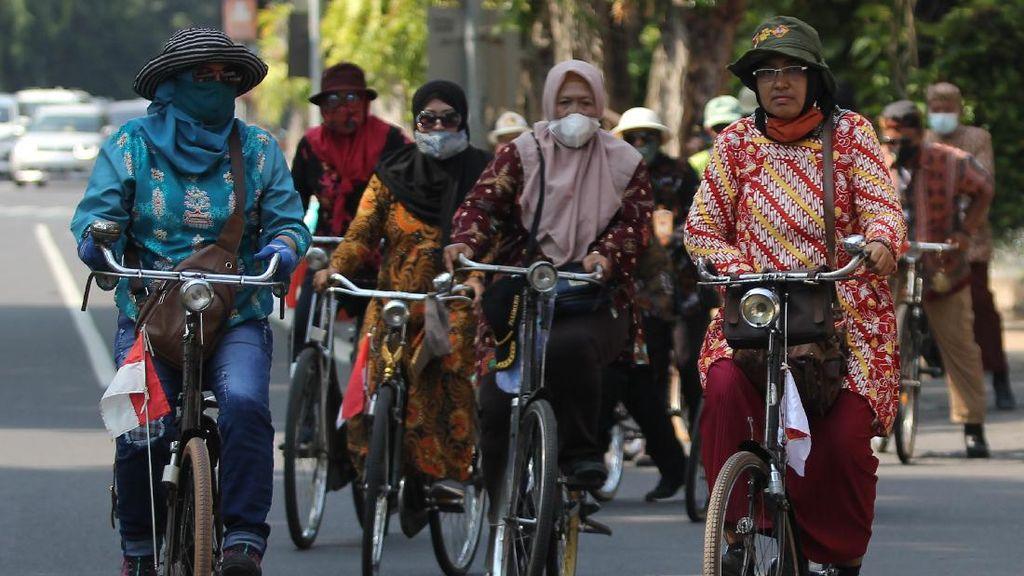 Wow! Komunitas Sepeda Tua Ini Gowes Pakai Baju Batik
