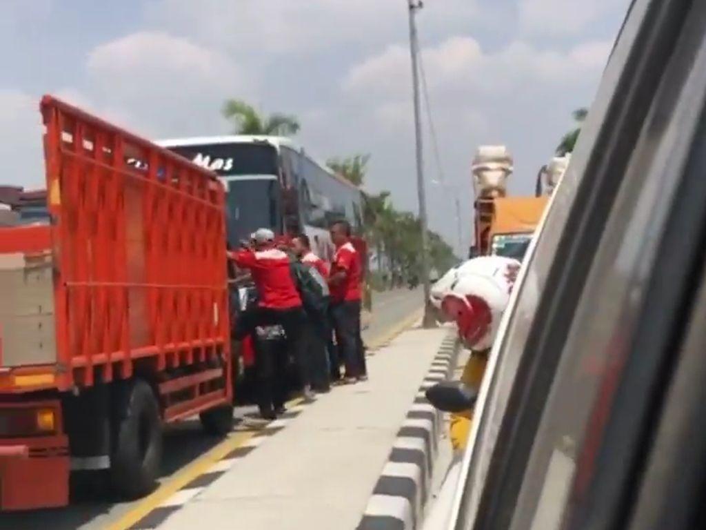 Viral Truk Adang Bus Ngeblong di Lamongan, Sopirnya Sempat Cekcok