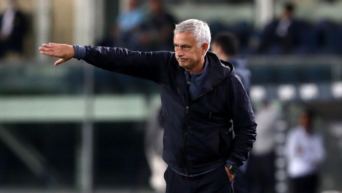 VERONA, ITALY - SEPTEMBER 19: Jose Mourinho, Head Coach of AS Roma gives their side instructions during the Serie A match between Hellas and AS Roma at Stadio Marcantonio Bentegodi on September 19, 2021 in Verona, Italy. (Photo by Marco Luzzani/Getty Images)