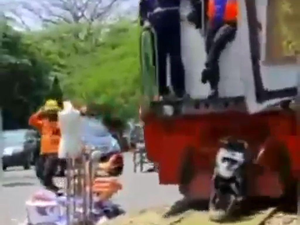 Viral Kereta Api Tabrak Motor Diparkir Pas di Tengah Rel