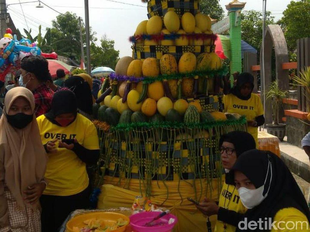 7 Ton Semangka Hingga Melon Ludes Diserbu Warga di Pesta Buah Lamongan