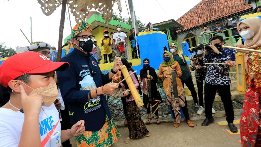 Sandiaga Kunjungi Desa Wisata Cikolelet Serang