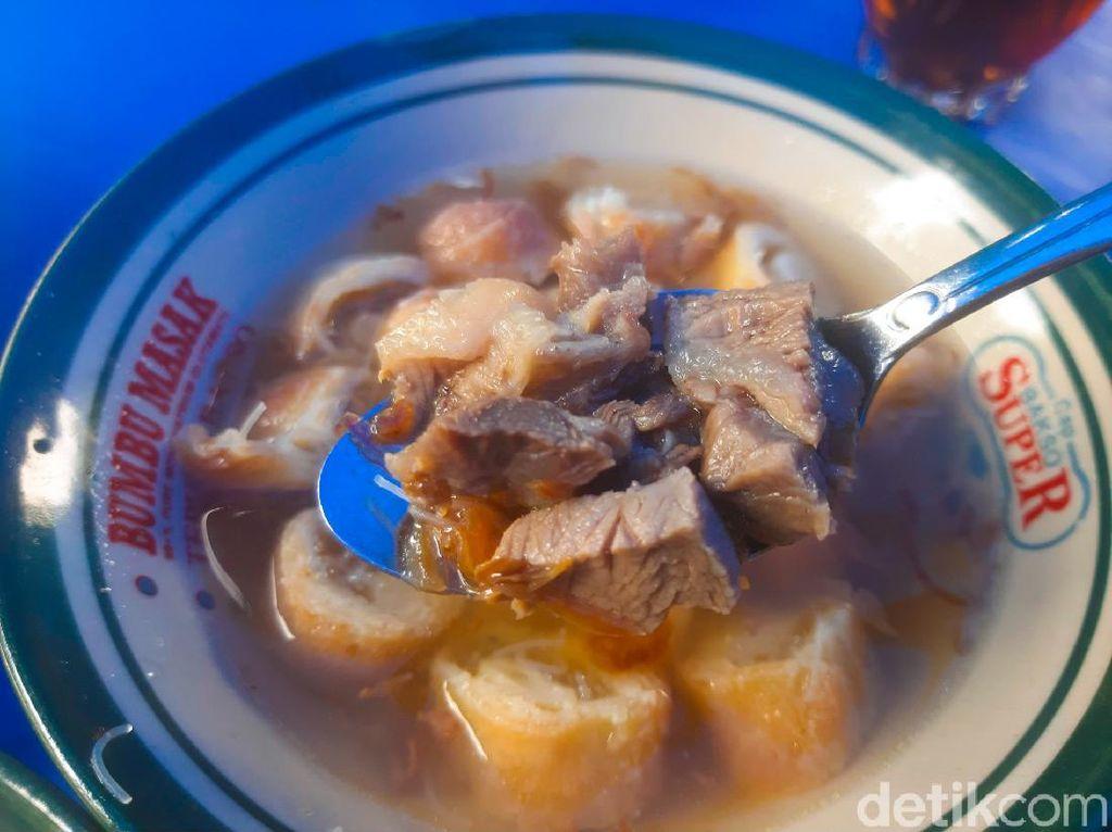 Jualan di Pinggir Kali, Soto Mang Bonin Beromzet Rp 5 Juta Per Hari