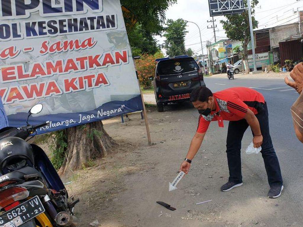 Seorang Pak Ogah Terkapar Setelah Ditusuk Pengendara Motor di Jombang