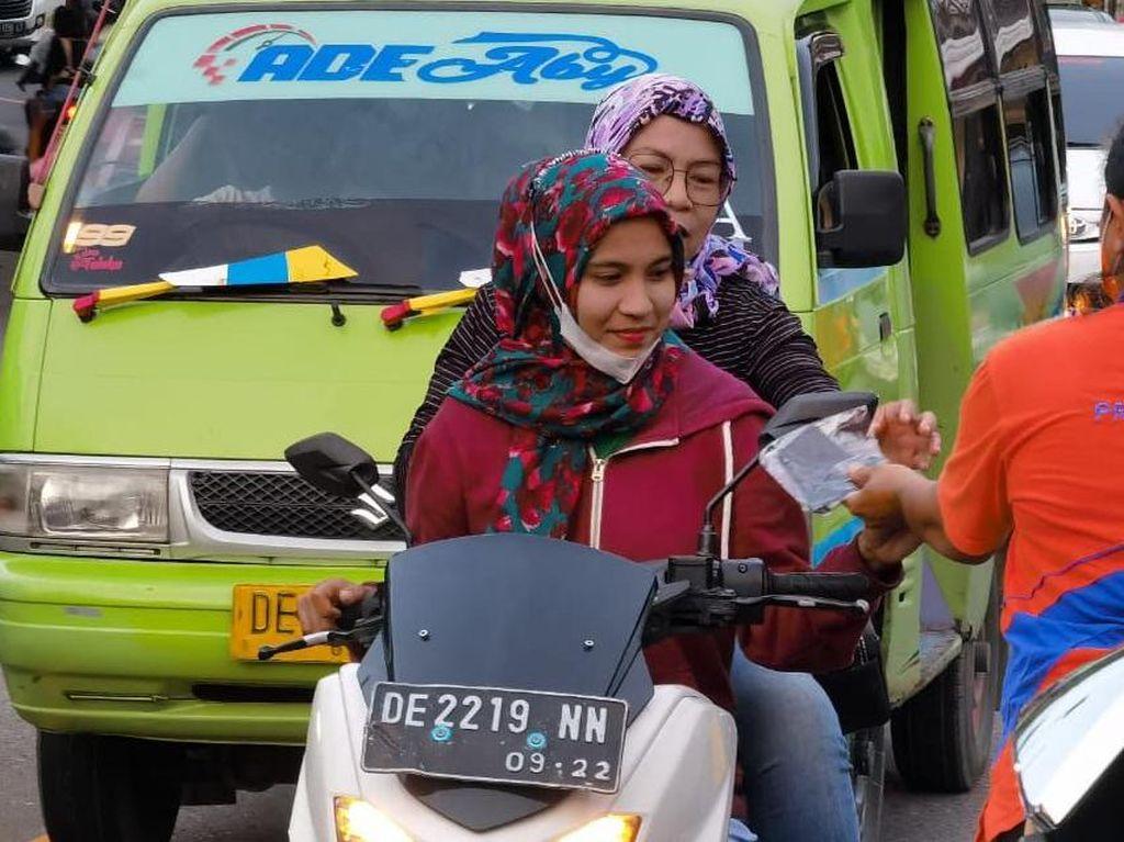 BNPB Bagikan 2.000 Masker ke Pedagang & Pengunjung Pantai Natsepa