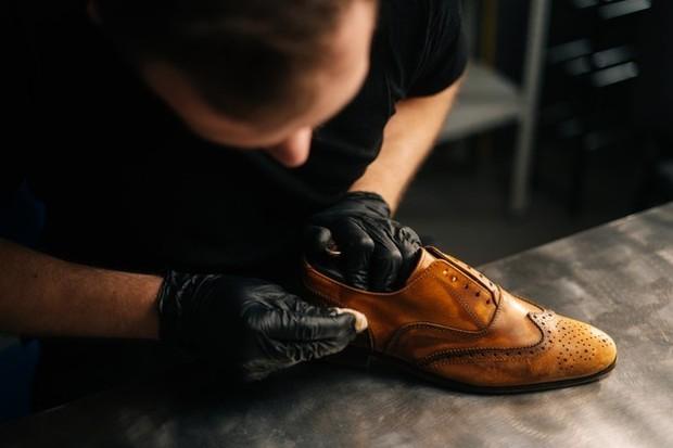 Ilustrasi: membersihkan permukaan sepatu kulit