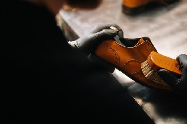Ilustrasi: membersihkan sepatu kulit