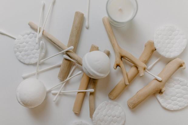 Ilustrasi: cotton bud bisa digunakan untuk membersihkan celah-celah dalam sepatu