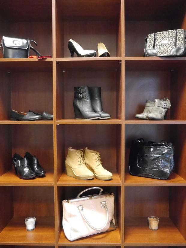 Ilustrasi: lemari sepatu dan tas kulit