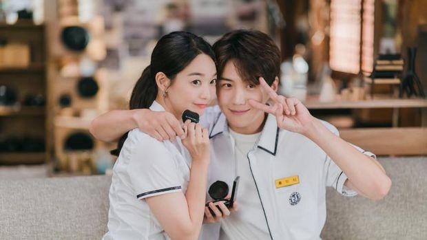 Shin Min Ah mengenakan cushion dari Givenchy Beauty