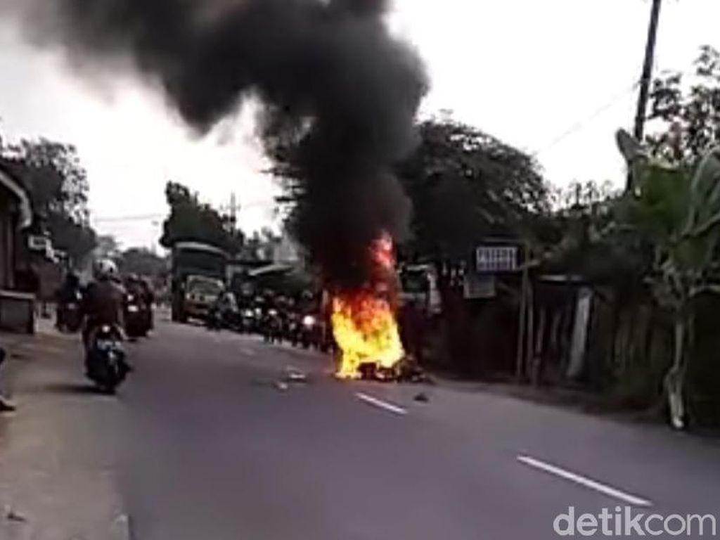 Kecelakaan Saat Berangkat Kerja, Motor Biker Asal Kediri Terbakar di Jombang