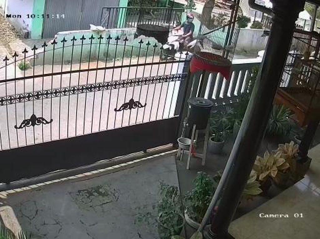 Terekam CCTV, Seorang Pria Jambret Kalung Emas Balita di Pasuruan