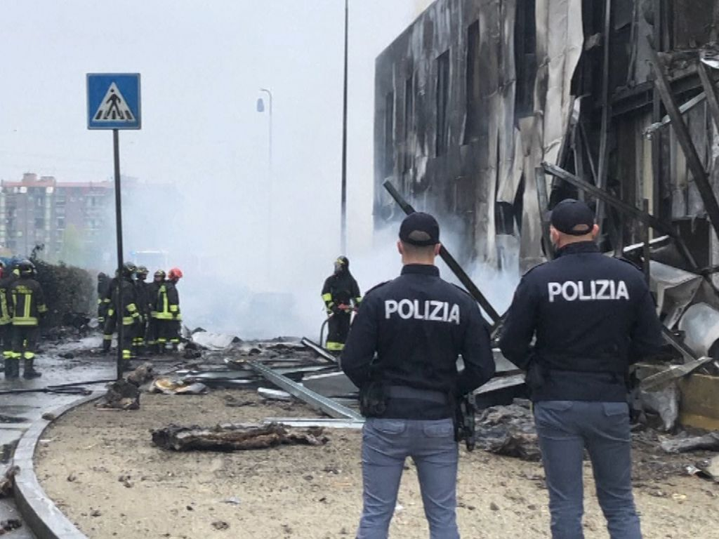 Pesawat Tabrak Gedung di Milan, 8 Orang Tewas