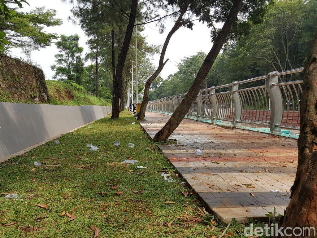 Please Dong, Jangan Buang Sampah Sembarangan di Taman Kota 2 BSD!