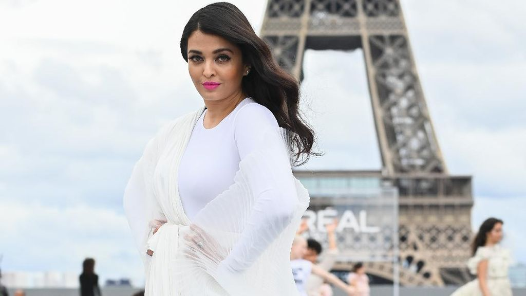 Foto: 7 Aksi Aishwarya Rai di Paris Fashion Week, Tampil Bareng Amber Heard