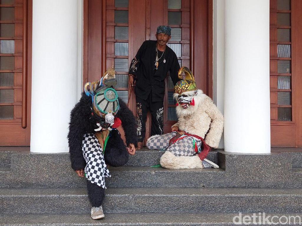 Hanoman Geruduk Kantor Wali Kota Bandung, Ada Apa?