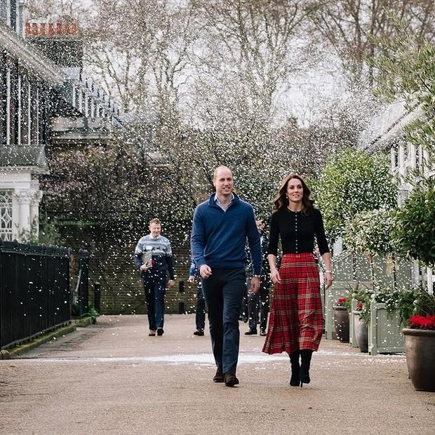 Inspirasi Gaya Modis ala Kate Middleton dengan Rok Midi Motif Tartan