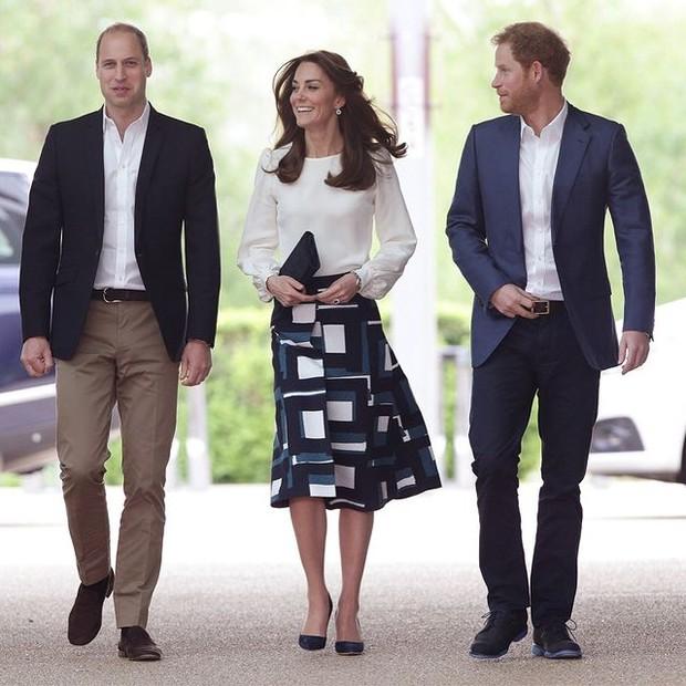 Inspirasi Gaya Monokrom ala Kate Middleton dengan Midi Skirt Motif