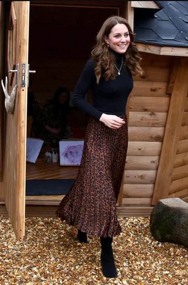 Inspirasi Tampil Modis ala Kate Middleton dengan Rok Motif Leopard