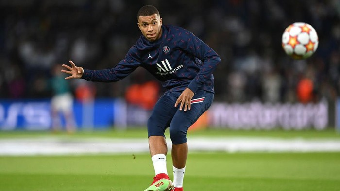 PARIS, FRANCE - SEPTEMBER 28: Kylian Mbappe of Paris Saint-Germain warms up prior to the UEFA Champions League group A match between Paris Saint-Germain and Manchester City at Parc des Princes on September 28, 2021 in Paris, France. (Photo by Shaun Botterill/Getty Images)