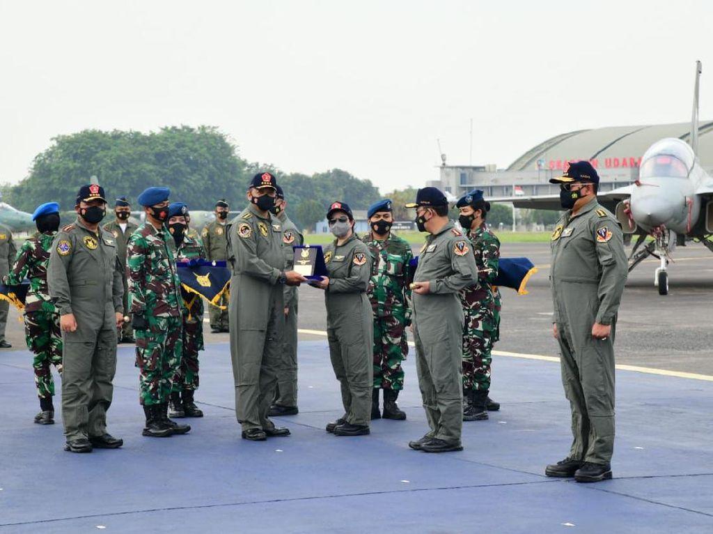 HUT TNI, Bamsoet-Kapolri Naik Pesawat Tempur dan Diberi Brevet Kehormatan