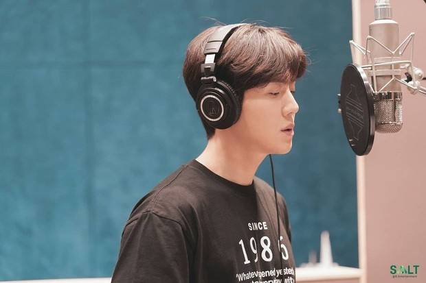 Kim Seon Ho punya suara merdu.