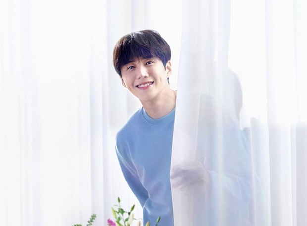 Kim Seon Ho punya senyum manis berlesung pipi.
