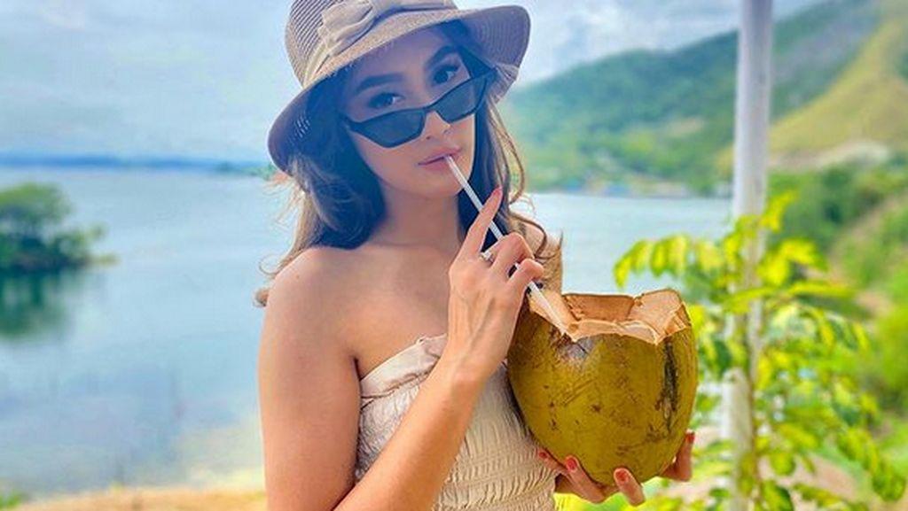 Cantiknya Intan Saumadina, Presenter PON Papua yang Doyan Kelapa Muda