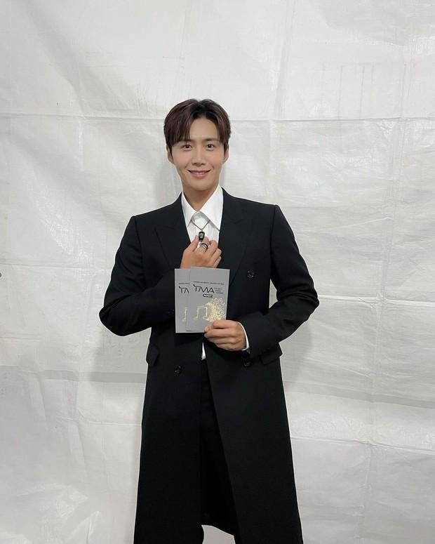 Kim Seon Ho dan sederet aktis lainnya membacakan nominasi di The Fact Music Award 2021