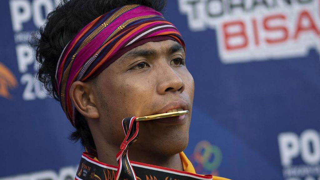 Lalu Zohri Gigit Medali Emas PON Papua